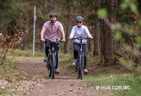 Man muss nicht unbedingt kräftig in die Pedale treten, um schnell mit dem Rad unterwegs zu sein: Pedelecs – Fahrräder mit Tretunterstützung – machen schnelles Fahren für alle möglich. (Foto: © HUK-COBURG)